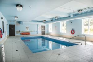 quality-inn-orleans-ottawa-pool-2